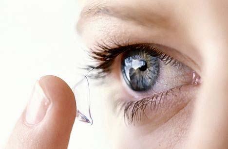 Nasazení kontaktní čočky na oko